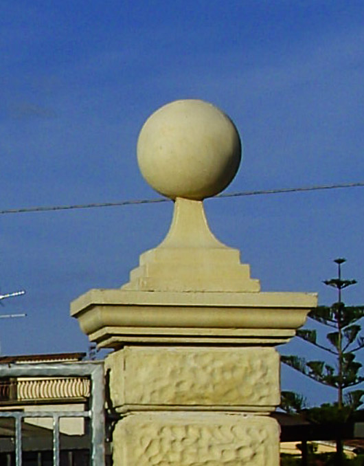 Capitelli in cemento per pilastri e colonne for Colonne in pietra per cancelli