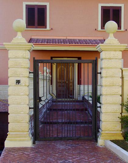 Pilastri per recinzioni in ferro e cancello