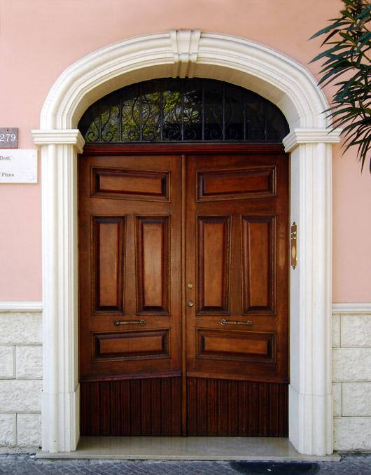 Cornici in cls per porte esterne ad arco ribassato - Zoccolo esterno facciata ...